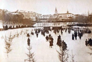 Залит каток. «Чёрное озеро» – основное место гуляний казанцев, по вечерам здесь играет музыка.