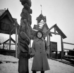 Построена детская игровая площадка в виде деревянной крепости. В 1990-е была снесена после сильного пожара.